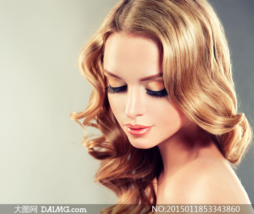 低着头的披肩卷发美女摄影高清图片