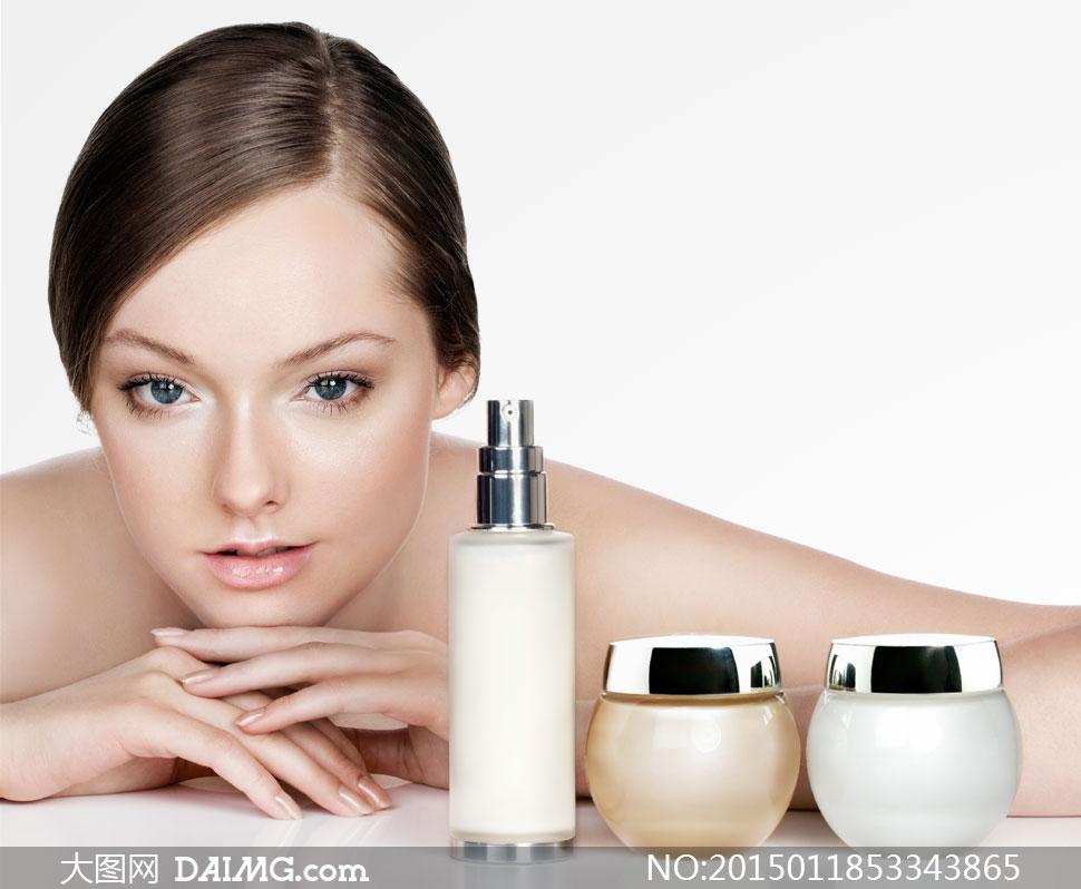 美容护肤品与裸肩美女摄影高清图片