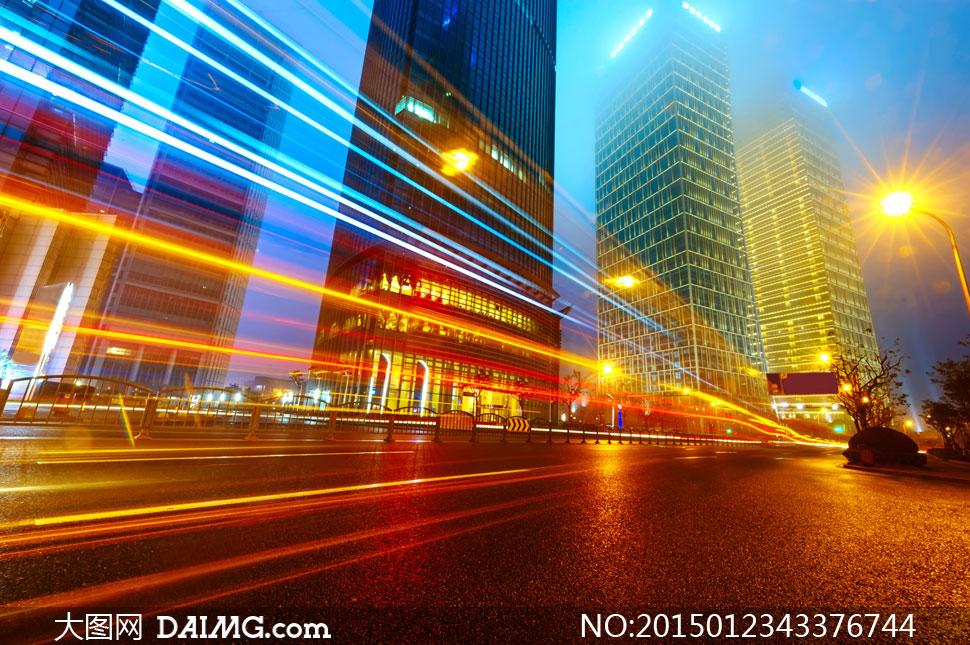 城市夜景与快速行驶的汽车高清图片