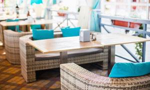 餐馆内的桌椅摆设内景摄影高清图片