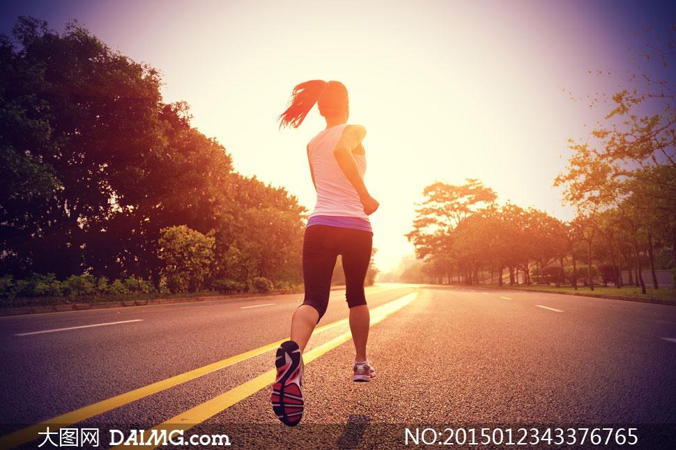 进行公路跑的美女背影摄影高清图片