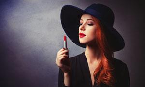 手里拿着支口红的美女摄影高清图片