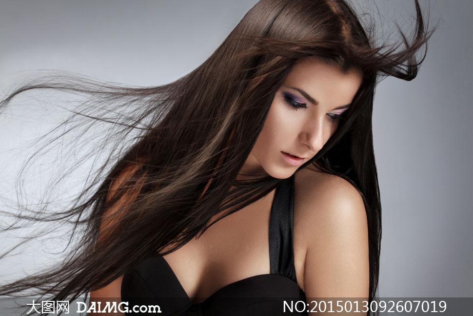 飘逸披肩长发美女侧面摄影高清图片