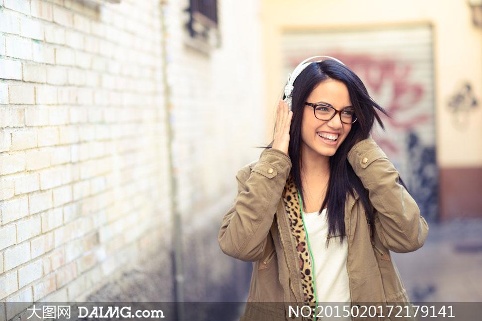 戴黑框眼镜的音乐美女摄影高清图片