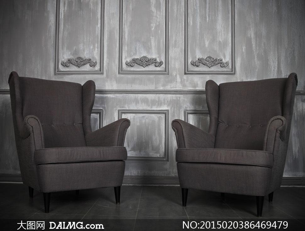 木板墙与棕褐色的沙发摄影高清图片