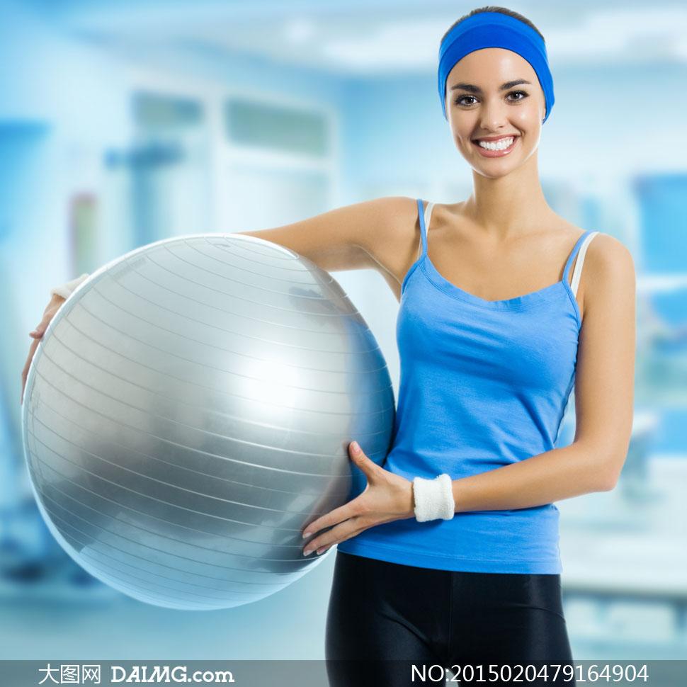 拿着健身球的运动美女摄影高清图片图片