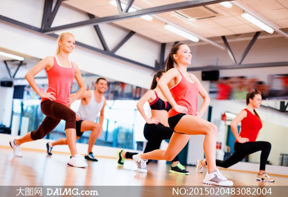 运动馆里做健身操的美女们高清图片 大图网设