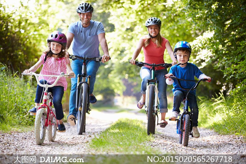 男人男子男性单车小孩小朋友儿童小男孩小女孩小路草地青草草丛头盔