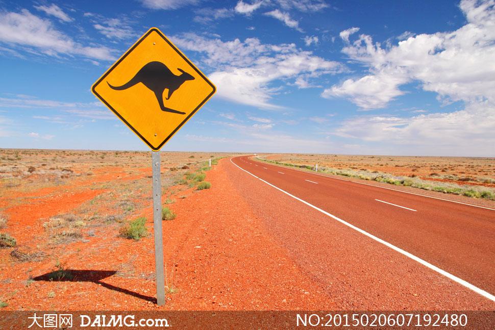 沙漠里的公路与标志牌摄影高清图片