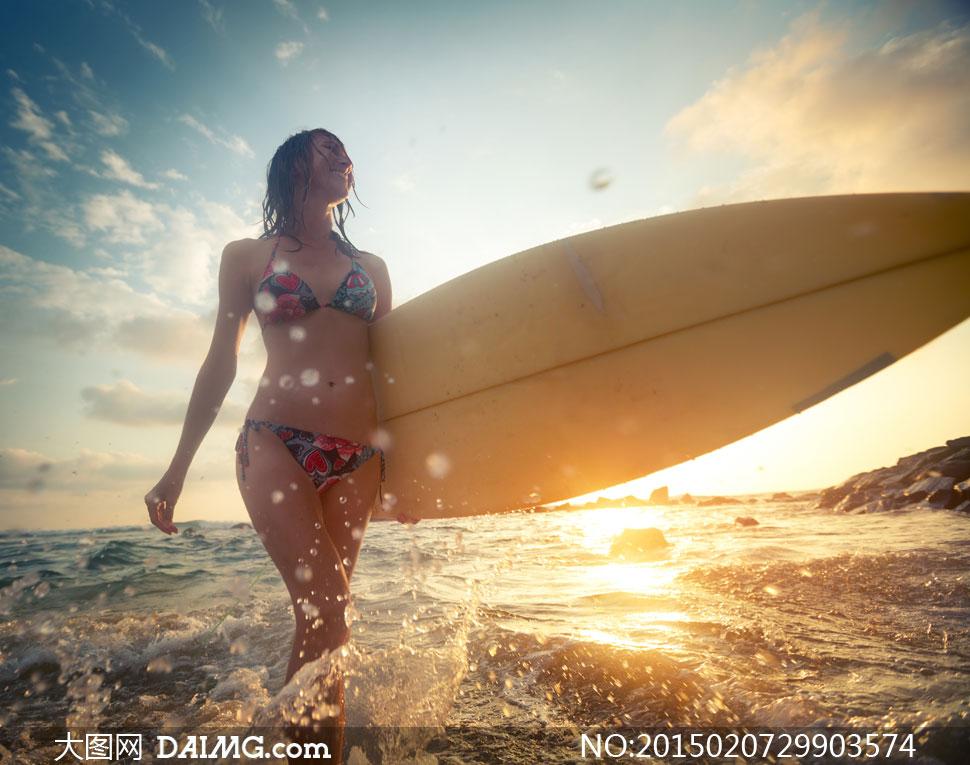 拿冲浪板的比基尼美女摄影高清图片下载