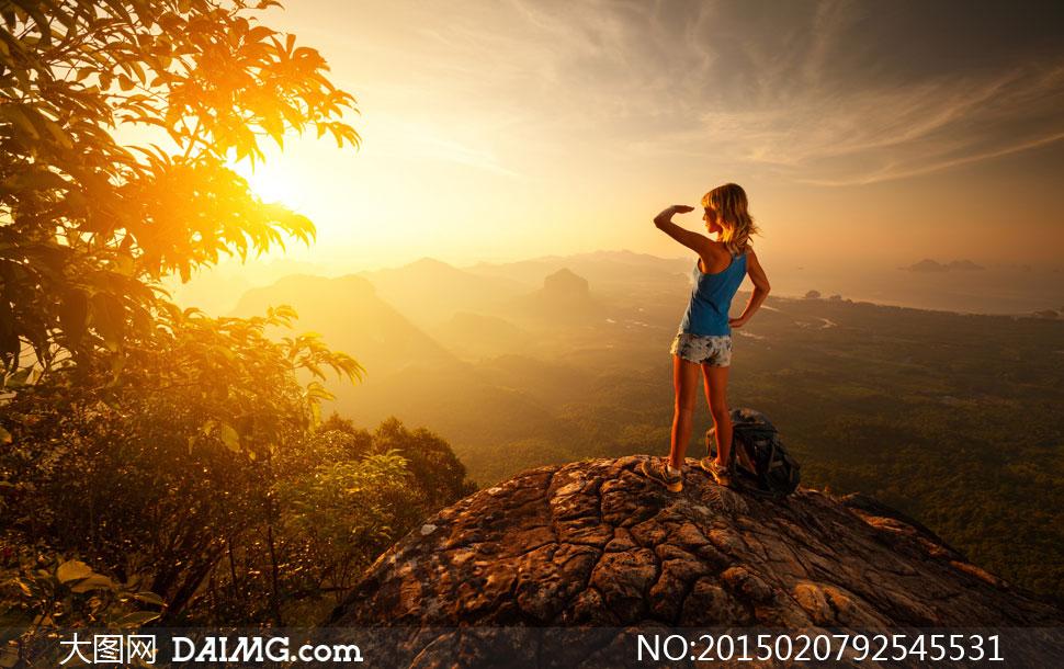 山顶上的登山美女逆光摄影高清图片