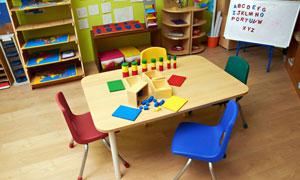 儿童房里的玩具桌椅等摄影高清图片