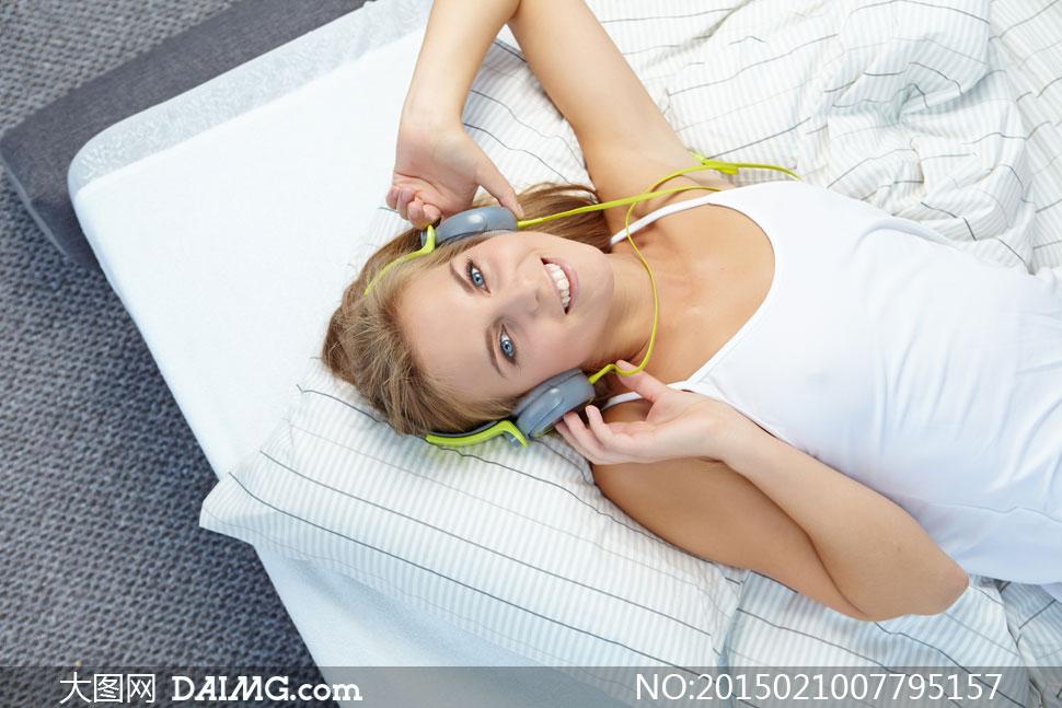 躺着听歌的吊带装美女摄影高清图片