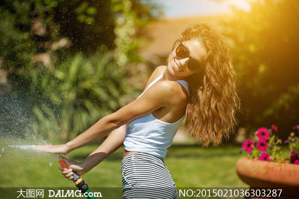 花园里玩水的性感美女摄影高清图片