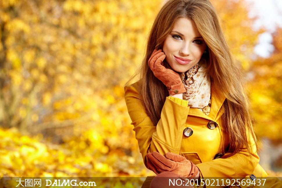 穿黄色风衣的秋装美女摄影高清图片
