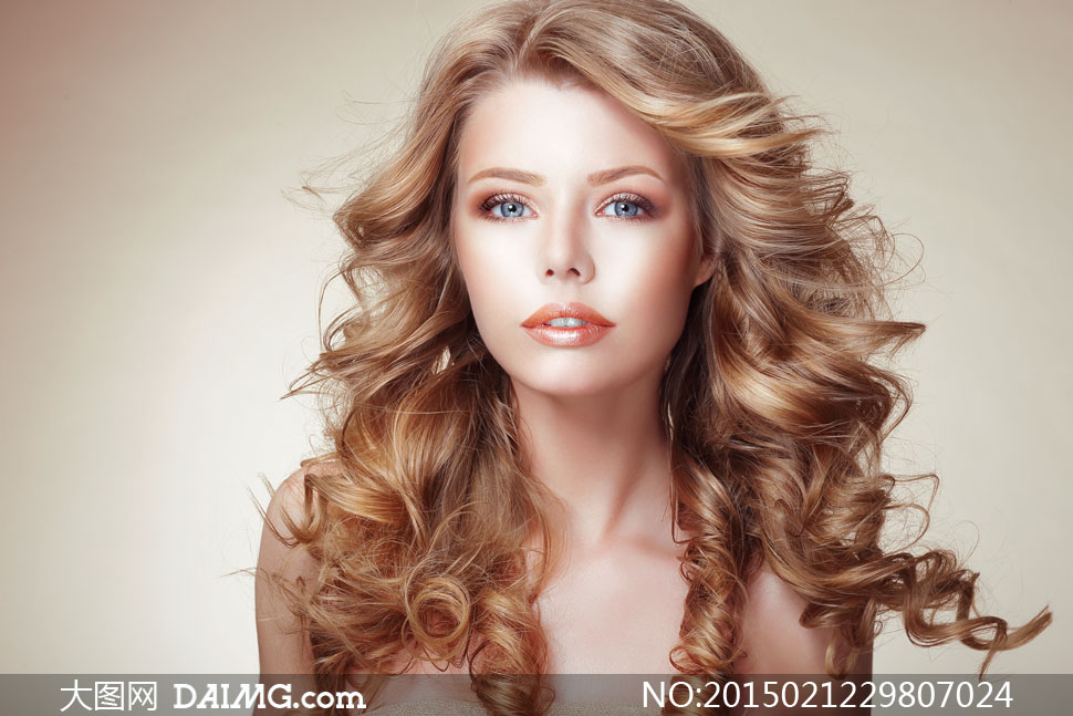 模特局部高清人体写真_卷发妆容美女人物模特摄影高清图片