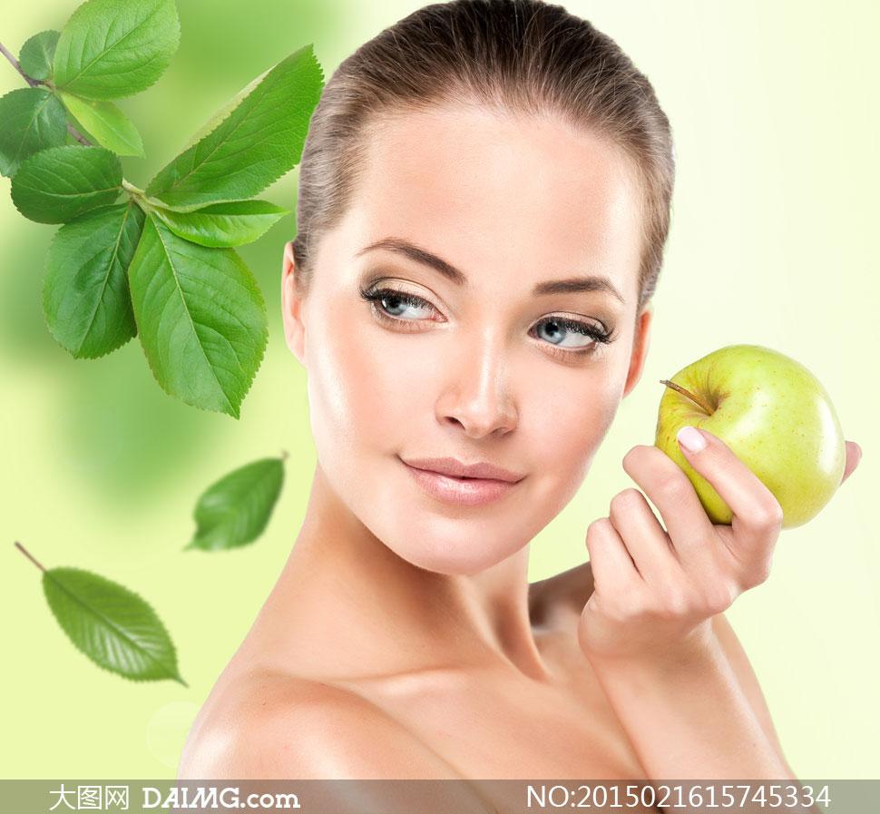 手里拿苹果的露肩美女摄影高清图片