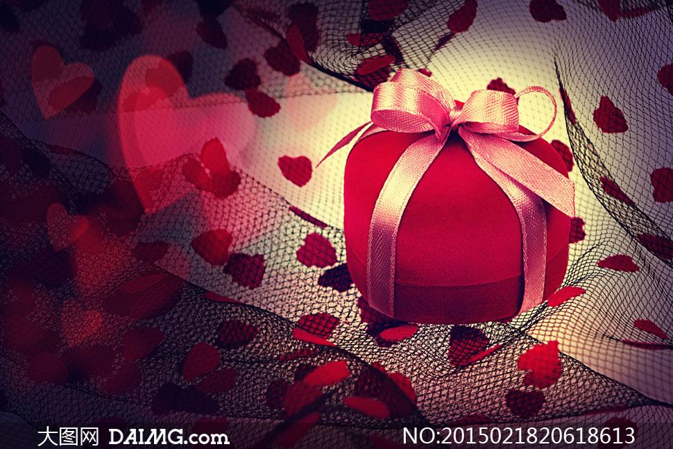 丝带包装的心形礼物盒摄影高清图片