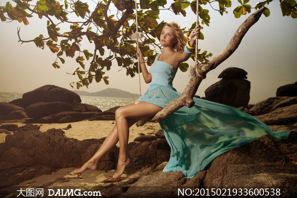 长腿美腿赤脚光脚赤着脚光着脚首饰手镯蓝色树枝树叶