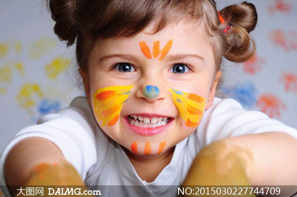 在做鬼脸的可爱小女孩摄影高清图片