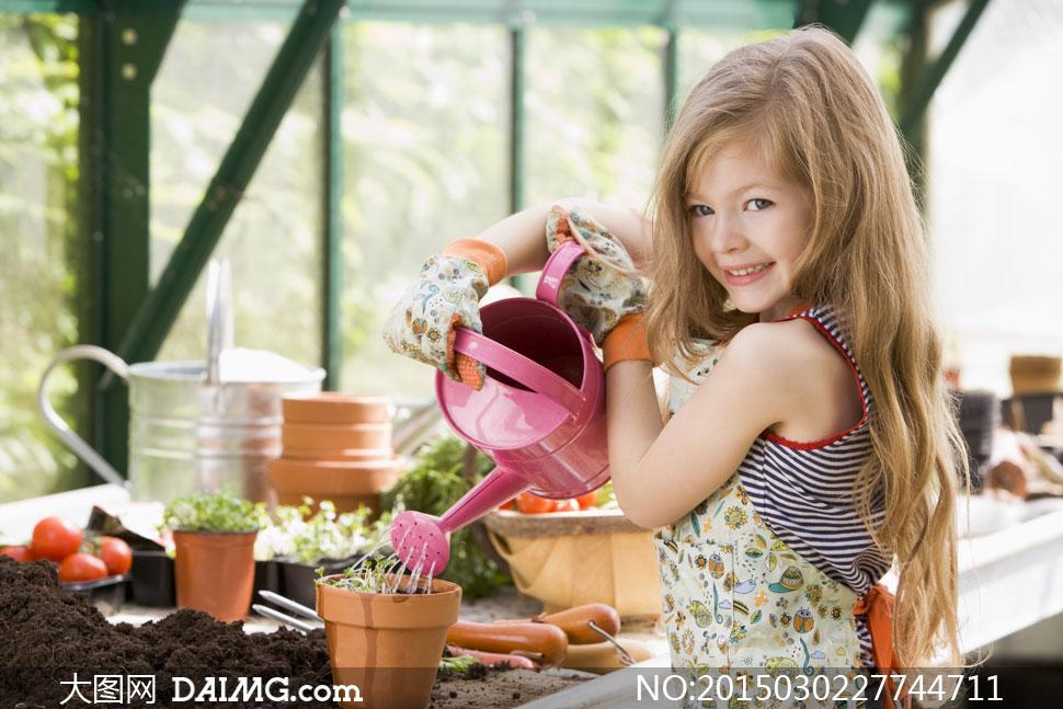 对花浇水的长发小女孩摄影高清图片