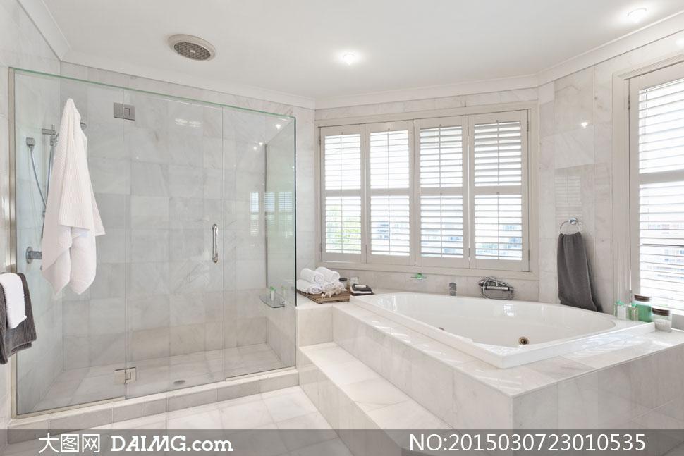 浴室里的淋浴间与浴缸摄影高清图片