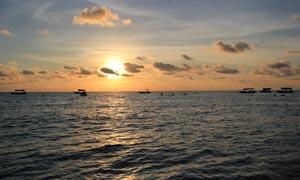 夕阳下的海平面摄影图片