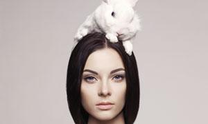 头上趴着只兔子的美女摄影高清图片