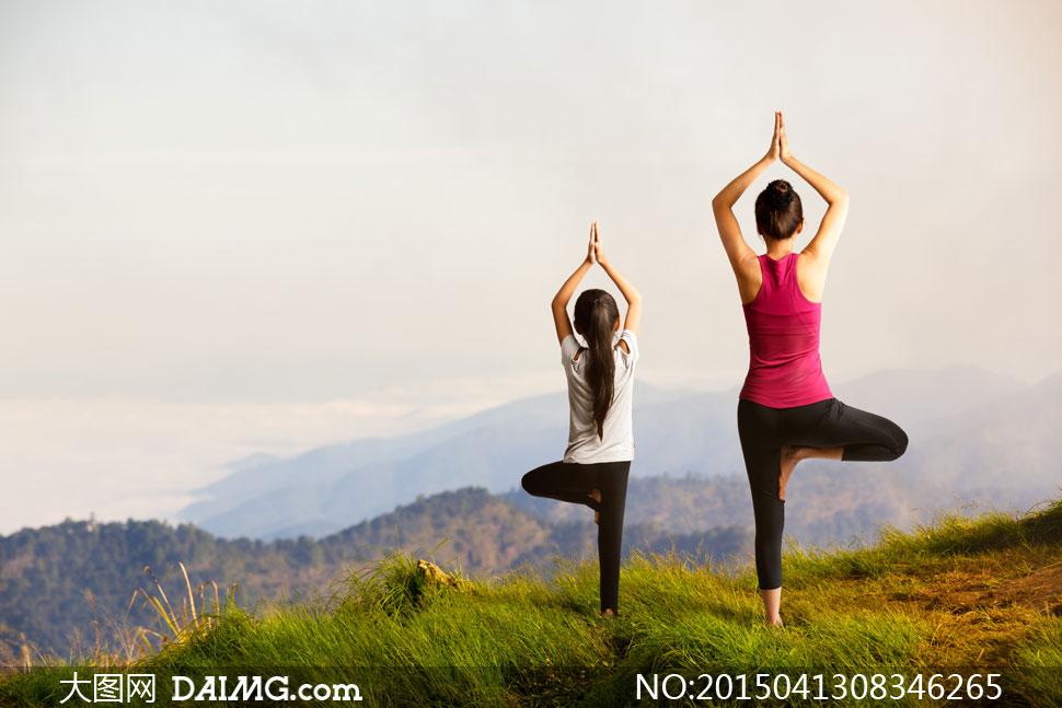 站在山顶上的瑜伽人物摄影高清图片