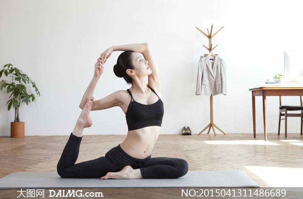 家里房间做瑜伽的美女摄影高清图片 大图网设