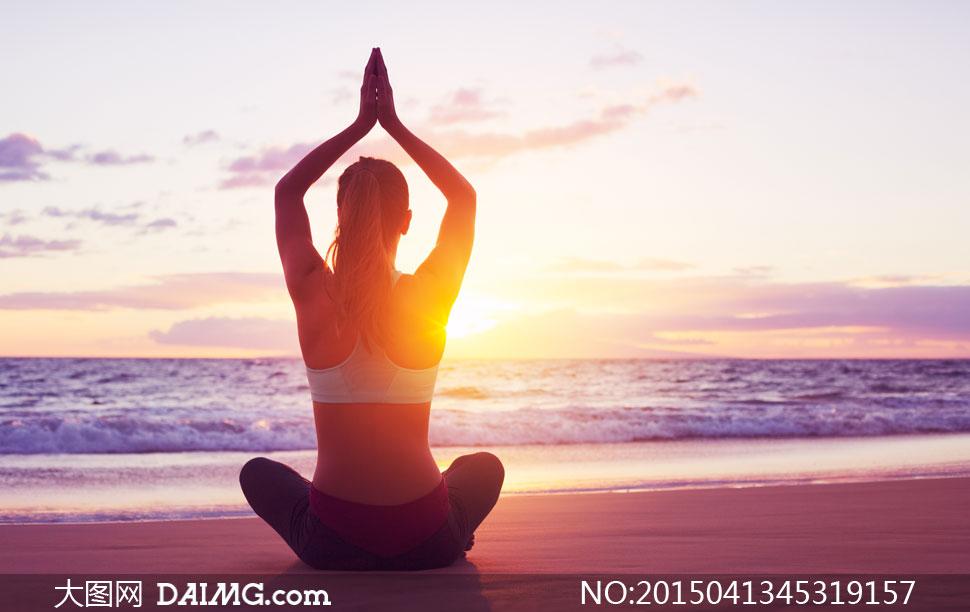 迎着日出做瑜伽的美女摄影高清图片