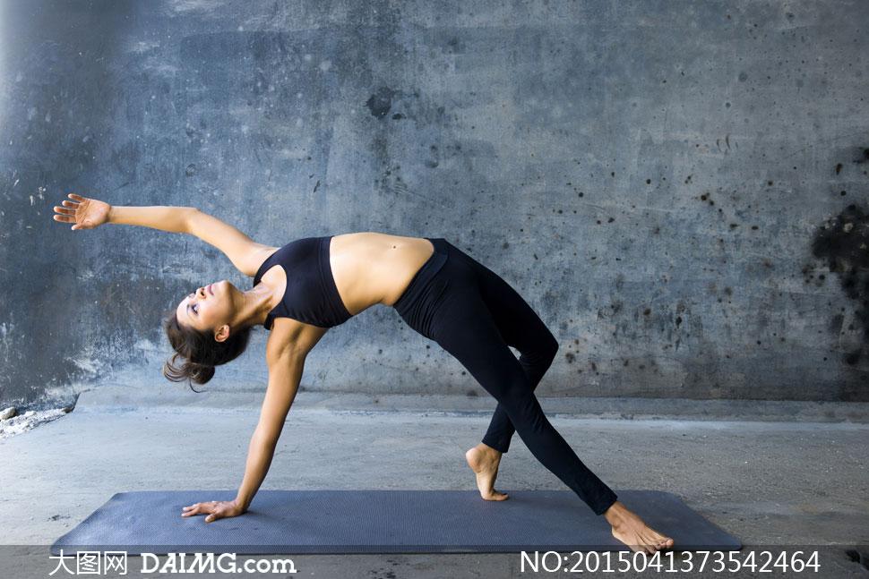 房间里做高难度瑜伽动作的美女图片
