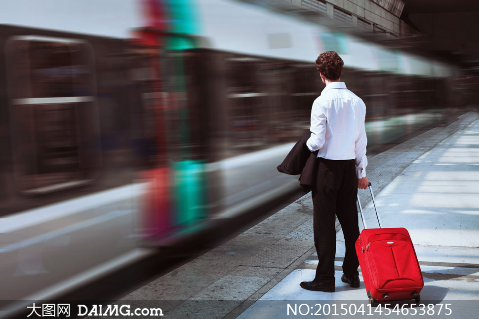 站台上手拉着行李箱的男人高清图片
