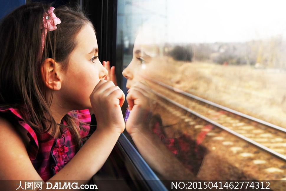 透过车窗往外看的女孩摄影高清图片
