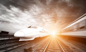 乌云笼罩下的高速列车