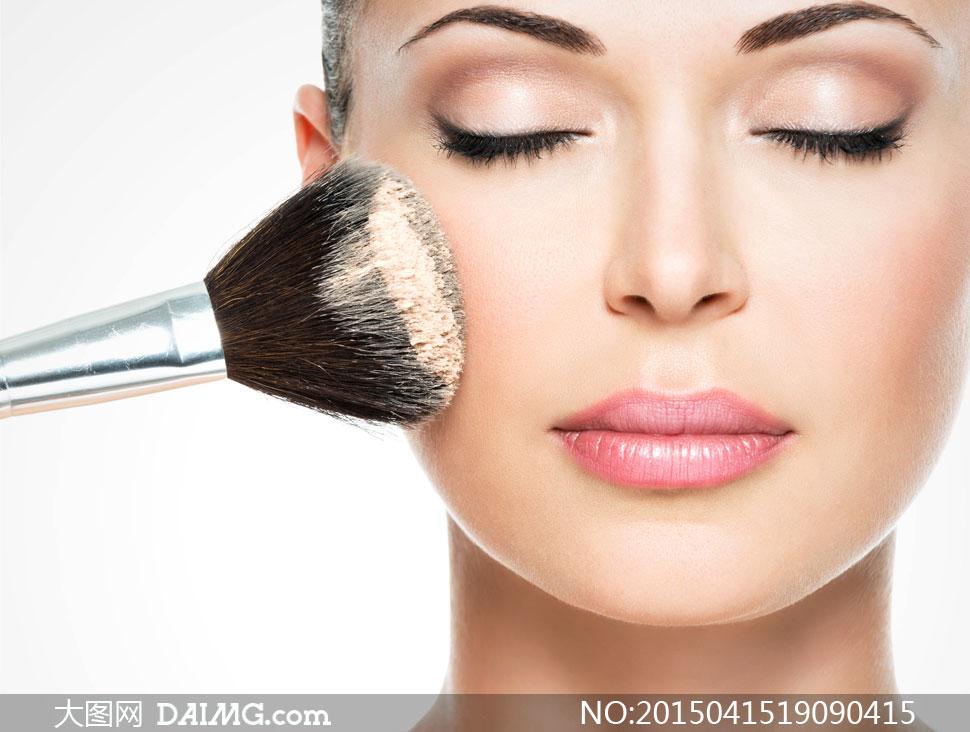 在闭目化妆的美女特写摄影高清图片