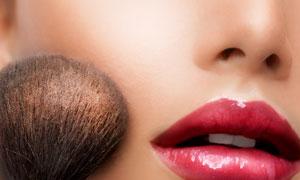 化妆刷与红唇美女局部摄影高清图片