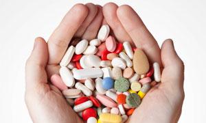捧在手心里的各种药品摄影高清图片