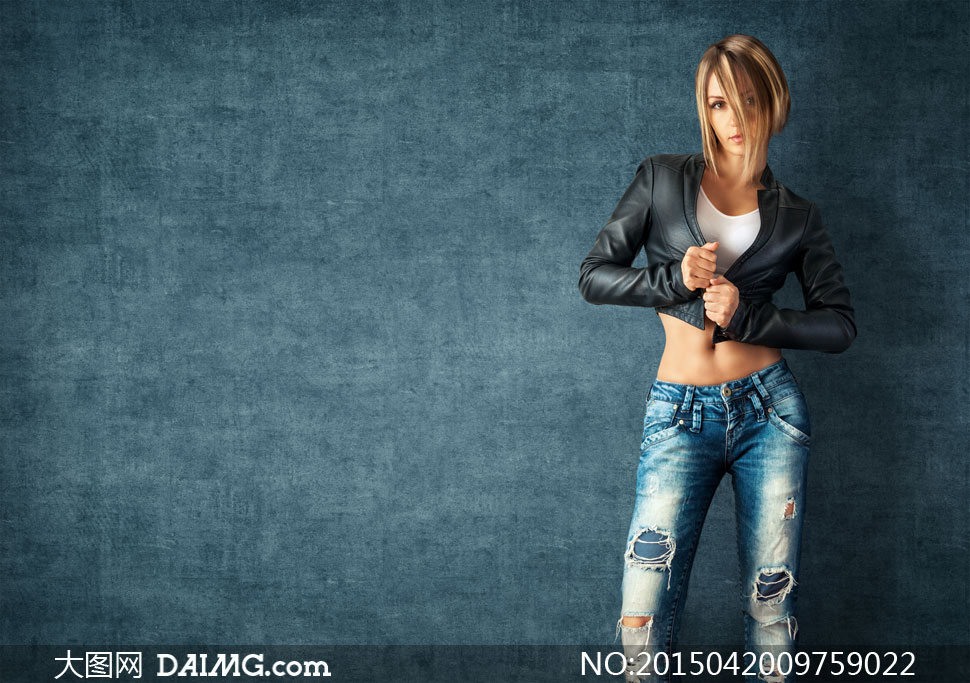 穿黑色皮衣夹克的美女摄影高清图片