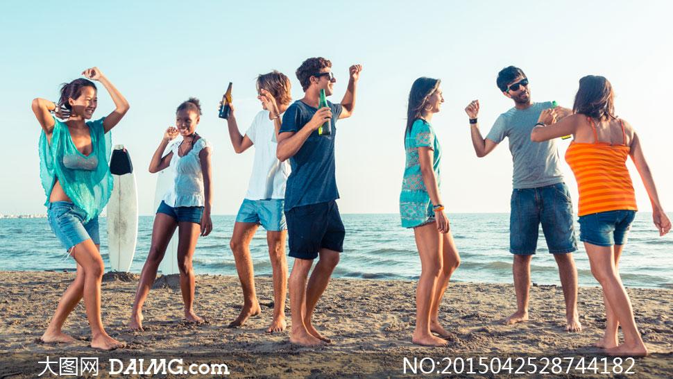 海边沙滩上的派对人物摄影高清图片