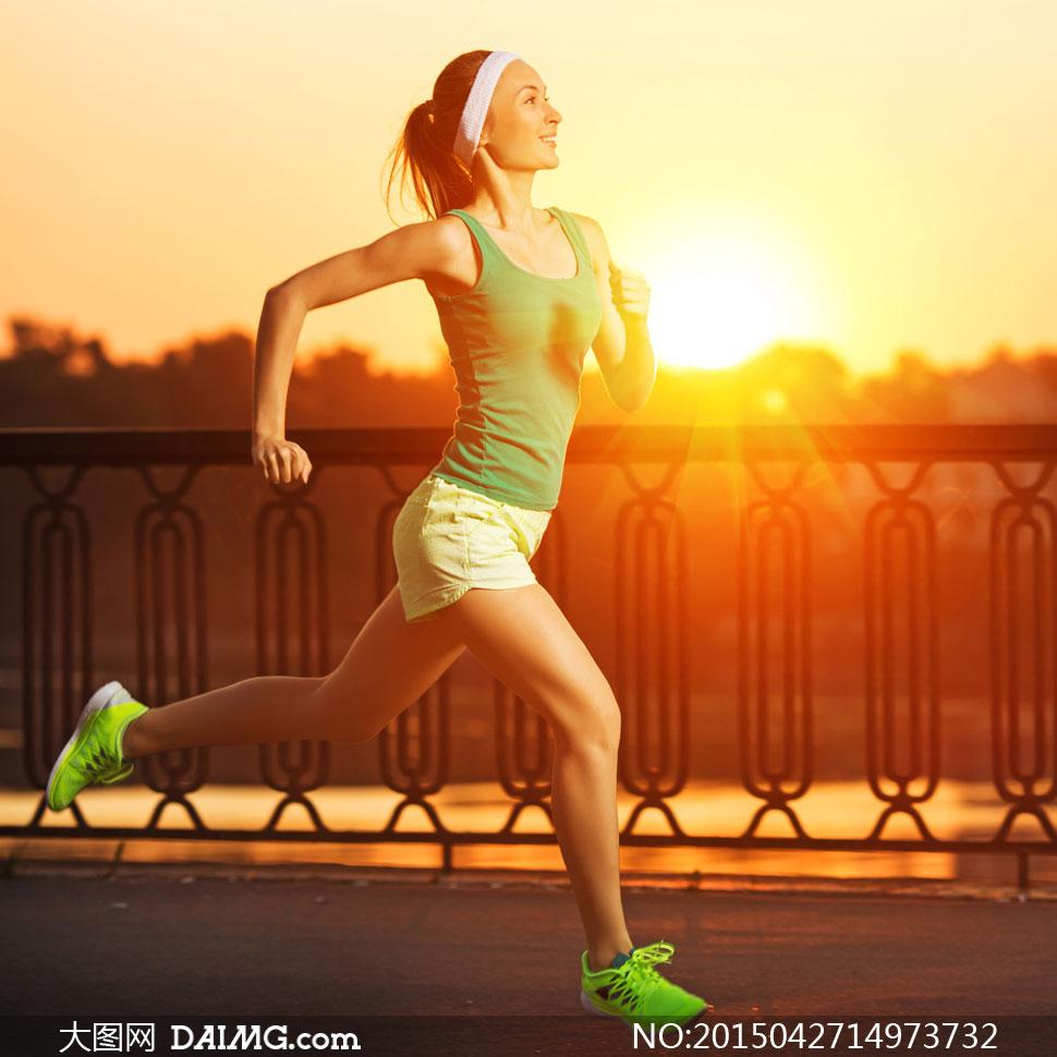 阳光下的跑步运动美女摄影高清图片