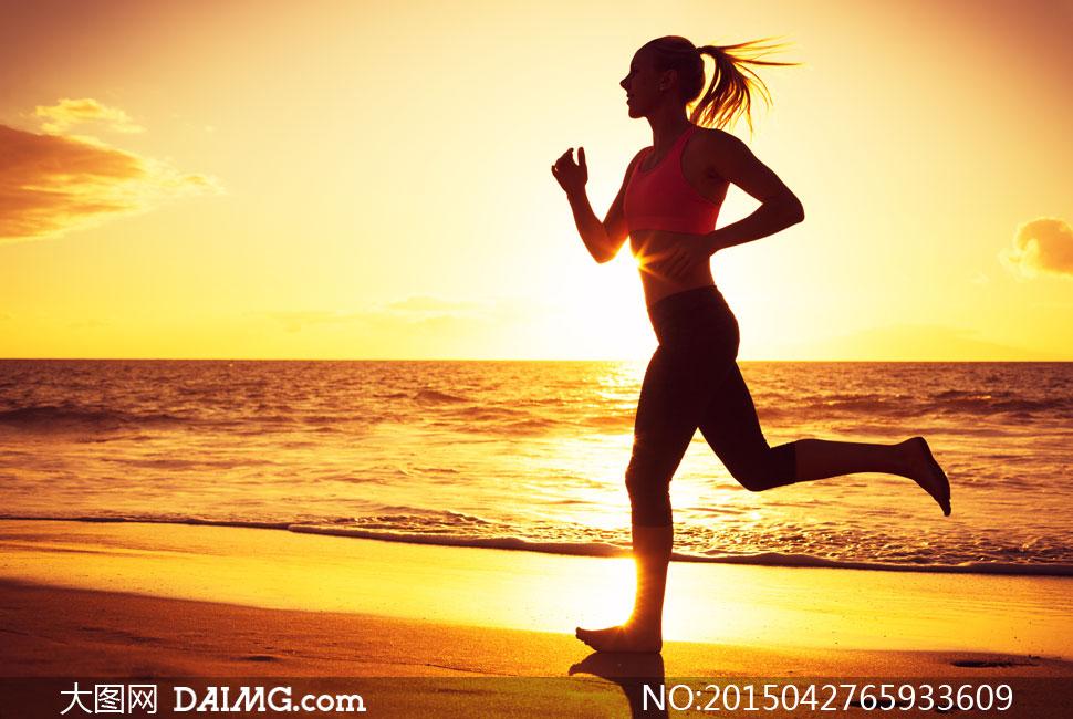 海边沙滩上跑步的美女摄影高清图片
