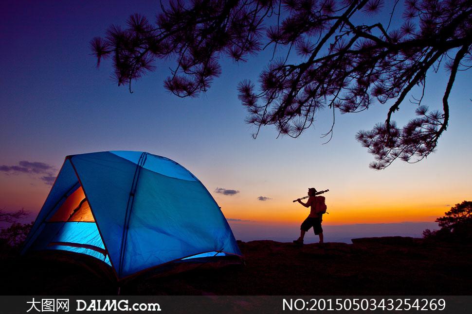 户外树木树枝大树人物剪影帐篷云彩云层多云天空晚霞蓝色黄昏傍晚亮光
