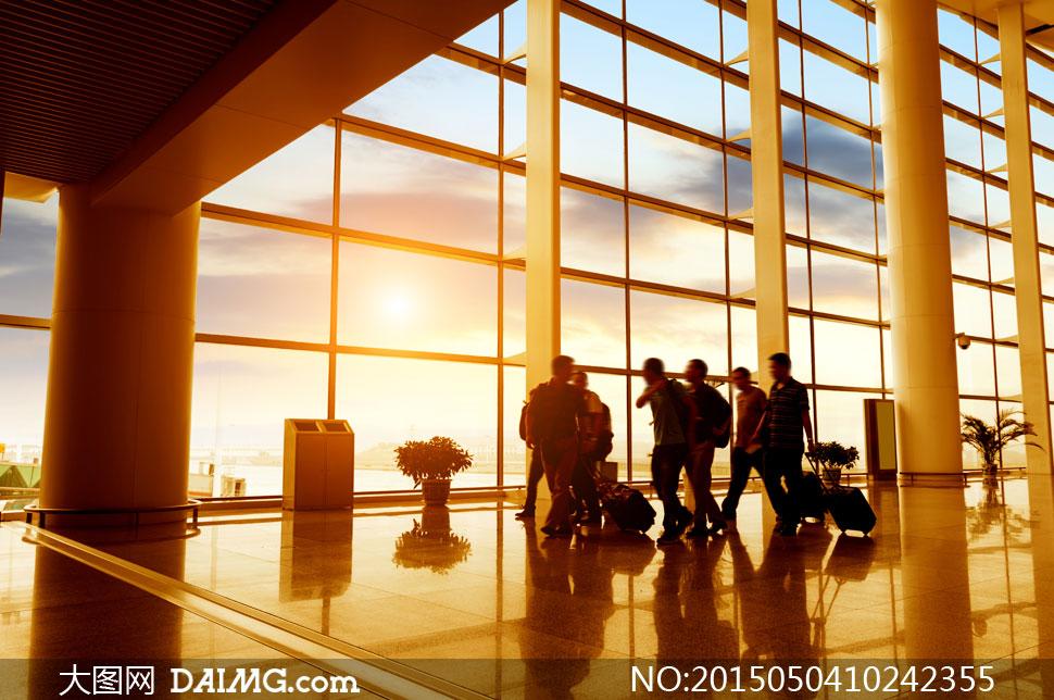 带行李出差旅行的人群摄影高清图片