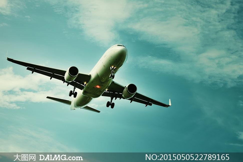 飞在天空中的民航飞机摄影高清图片