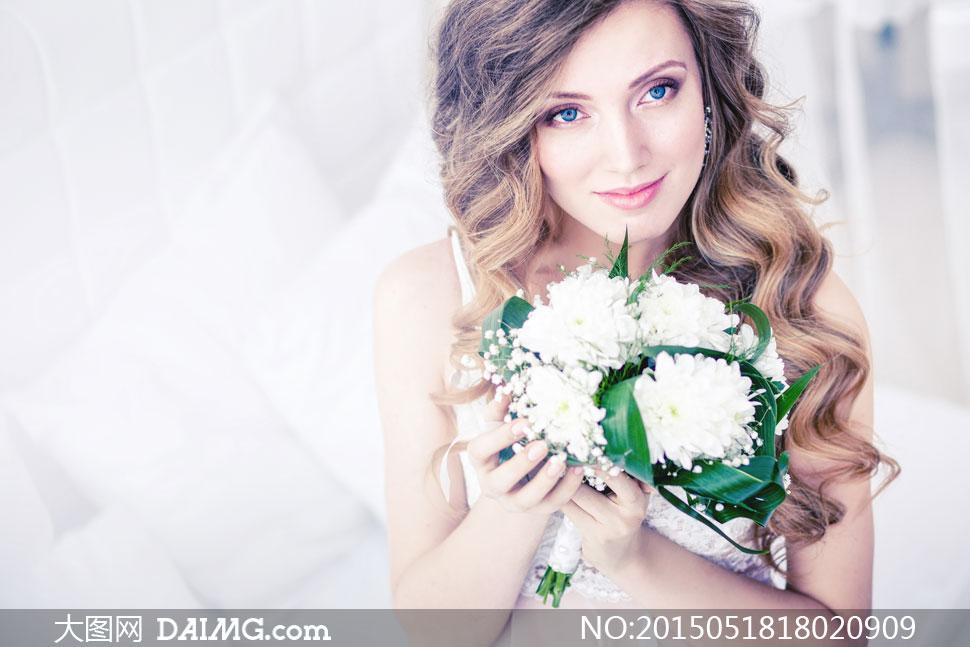 捧着鲜花的蓝眼睛美女摄影高清图片