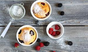 木板上的面食糕点与水果等高清图片