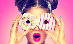 甜甜圈放在眼前的美女摄影高清图片