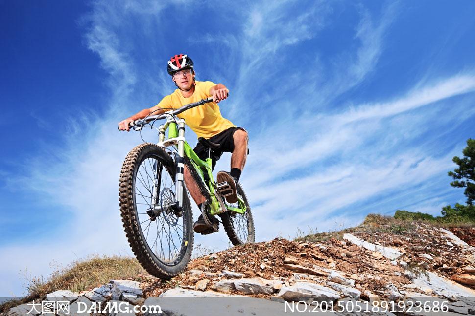 自行车人物车手骑行风景风光自然黄色汽车山地蓝天