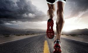 密布乌云与跑步的男子摄影高清图片